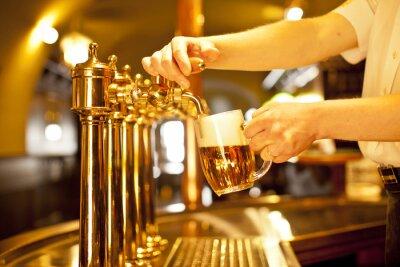 Image bière d'or dans les robinets de la main et de la bière