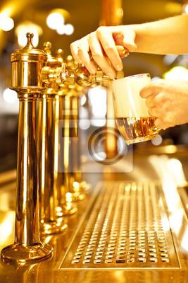 bière d'or dans les robinets de la main et de la bière