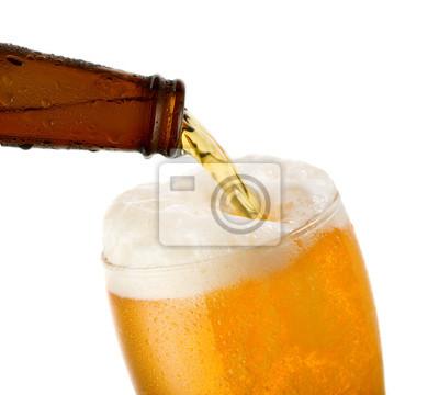 bière est coulée dans un verre
