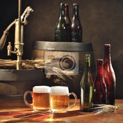 bière morte sur la table avec de vieux fûts de bière robinet