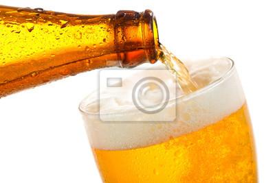 Bière versant dans le verre