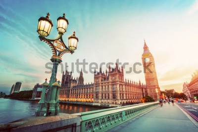 Image Big Ben vu depuis le pont de Westminster, Londres, Royaume-Uni. au coucher du soleil. Réverbère rétro. Ancien