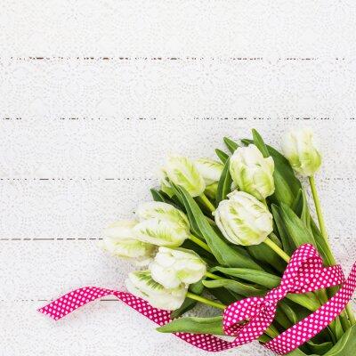 Image Blanc, tulipes, décoré, rouges, ruban, blanc, nappe. Copier l'espace, vue de dessus