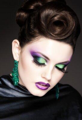 Image bleu maquillage professionnel et coiffure sur le beau visage de femme