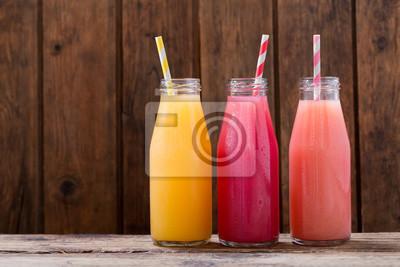 boissons froides dans un botlles sur table en bois