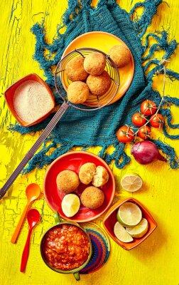 Image Bolhinos frits et garnitures dans des bols et des assiettes