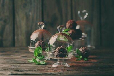 Image Bonbons au chocolat aux noix, menthe et cacao sur la table vintage