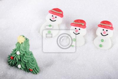 bonhomme de neige et arbre de Noël sur le champ de sucre