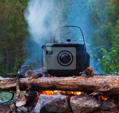 Bouilloire théière sur le feu en plein air bois