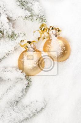 Boules de Noël avec netteté selctive dans la neige