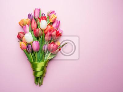 Image Bouquet coloré de tulipes sur fond blanc.