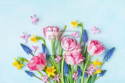Image Bouquet de belles fleurs de printemps sur la vue de dessus de table bleu pastel. Carte de voeux pour la Journée internationale de la femme. Mise à plat.