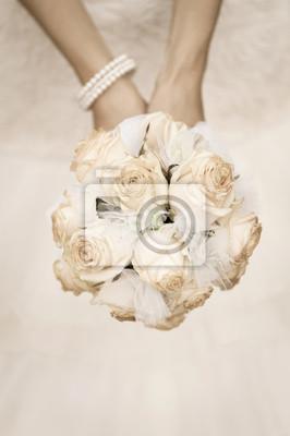 bouquet de mariage de beauté de roses dans une mariée mains