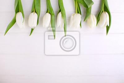 Image Bouquet de tulipes blanches sur une table en bois blanche, espace copie. Pâques.