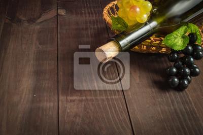 Bouteille de vin avec des raisins