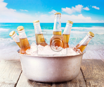 bouteilles de bière fraîche dans un seau avec de la glace