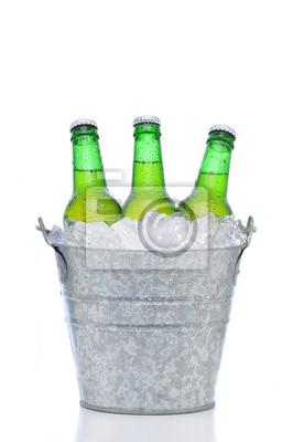 Bouteilles de bière verte dans un seau de glace