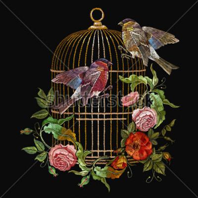 Image Broderie oiseaux et oiseaux vecteur et fleurs. Bouvreuil à broder classique et métisse, cage dorée, boutons vintage de roses sauvages. Art de la mode printemps, modèle pour la conception de vêtements,
