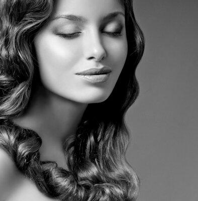 Image brune romantique avec des cheveux bouclés