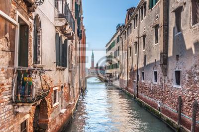 Canal vénitien Rio de la Pleto avec petit pont. Vieux balcon
