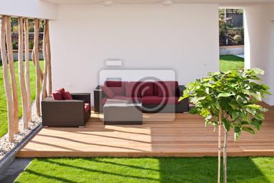 canapé sur une terrasse en bois moderne avec jardin