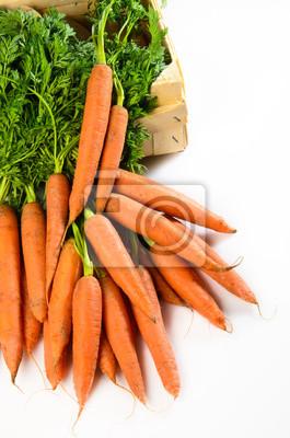 carottes fraîches sur fond blanc dans une boîte