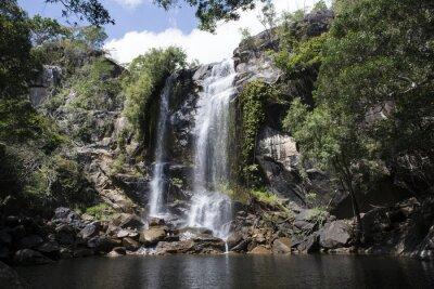 Image Cascada grande avec de l'eau abondante dans le milieu d'une foresta. Cooktown, Queensland, Australie
