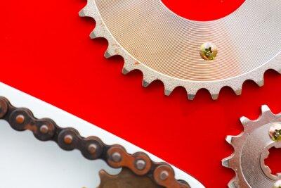 Image Chaînes à rouleaux avec pignons pour les motos sur fond rouge