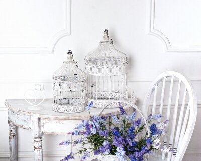 Image chaise vintage et une table avec des fleurs à l'avant et les cages