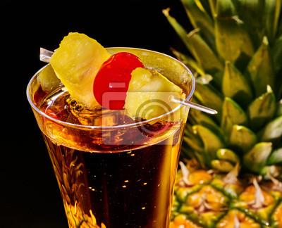 Champagne cocktail avec de la cerise et d'ananas.