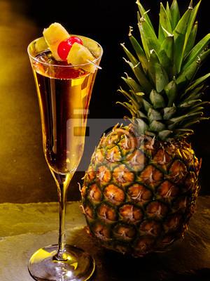 Champagne cocktail avec de la cerise et d'ananas 59.