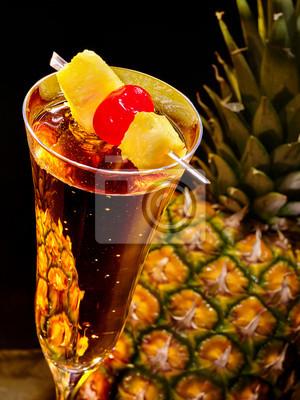 Champagne cocktail avec de la cerise et d'ananas 69
