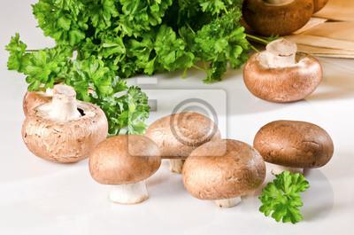 champignons avec le persil sur un bureau blanc