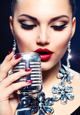 Image Chanteur Femme avec Retro Microphone. Vintage Style