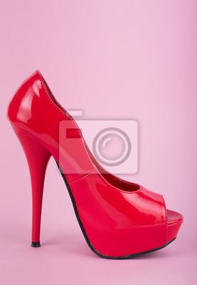 chaussures rouges sur fond rose