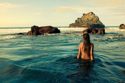 Image Chica sentada en la Orilla del mar