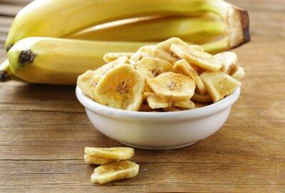Image Chips de banane, fruits séchés sur une table en bois