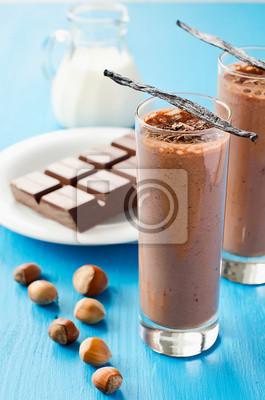 Chocolate smoothie lunettes avec des gousses de vanille et haselnuts