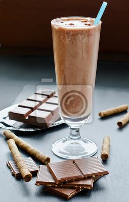 Chocolate smoothie verre sur fond noir