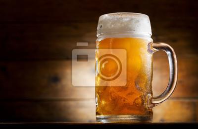chope de bière sur une table en bois