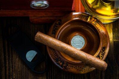 Image cigare cubain en cendrier avec verre de cognac ad humidor