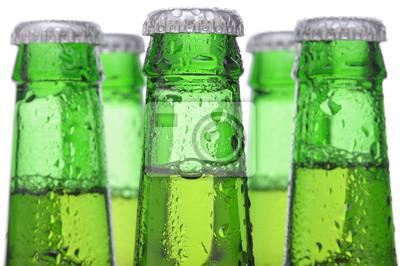 Cinq bouteilles de bière verte