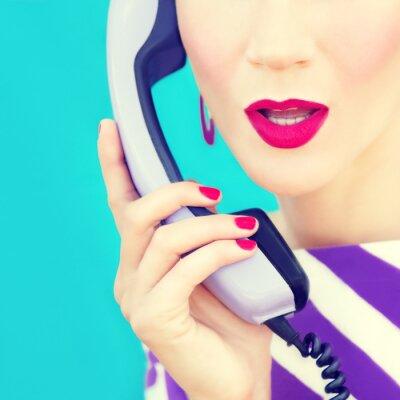 Image close-up portrait d'une jeune fille rétro avec téléphone
