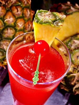 Cocktail avec la cerise et d'ananas.