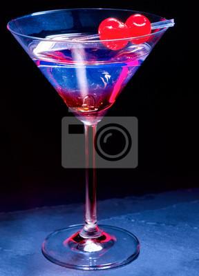 Cocktail cerise sur fond noir