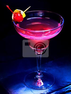 Cocktail d'alcool avec de la cerise sur fond noir. Décoration cocktail par tranches de citron.