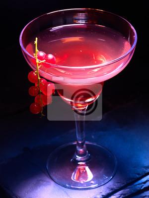 Cocktail d'alcool sur fond noir. Grenade décoration cocktail groseille rouge branche. Carte de cocktail