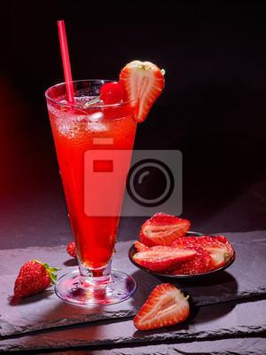 Cocktail de fraise avec de la paille en verre highball. Carte de cocktail 88.