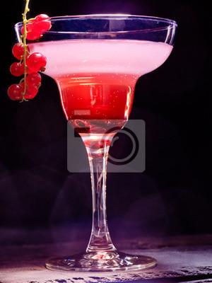 Cocktail décoration branche de cassis rouge sur fond noir. Carte de cocktail 89.