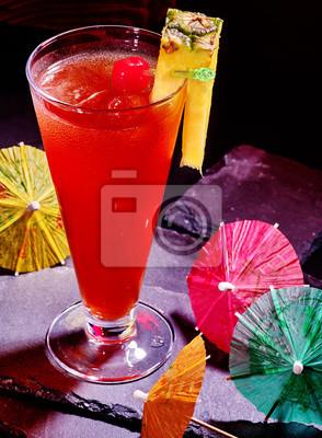 Cocktail rouge ananas avec de la cerise et le parapluie